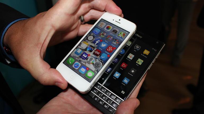BlackBerry-Passport-v-iphone