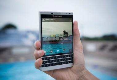 blackberry-trinh-lang-passport-silver-edition-tai-vn-giam-gia-sau-passport (2)